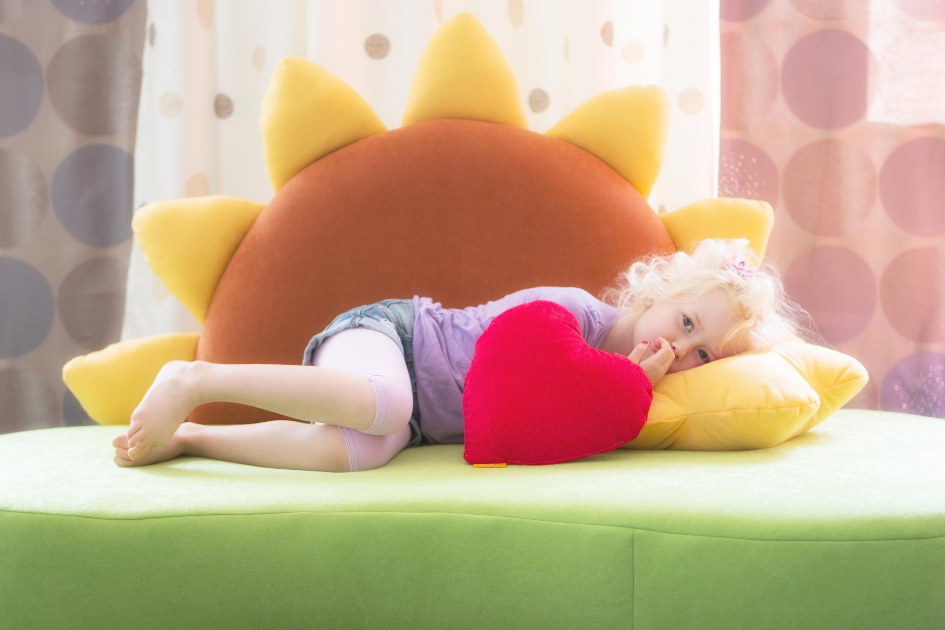 kindersofa mit sonnenblume kinic kindersofas. Black Bedroom Furniture Sets. Home Design Ideas